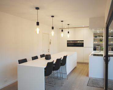 Moderne keuken met eiland in corian