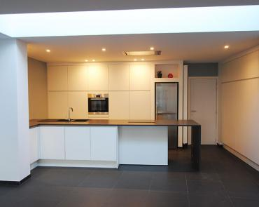 moderne grote keuken met veel licht