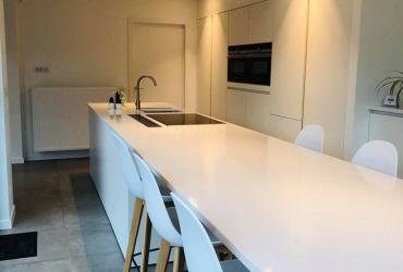 Strakke Witte Keuken : Strakke witte keuken best stoere grijze tegel als achterwand in