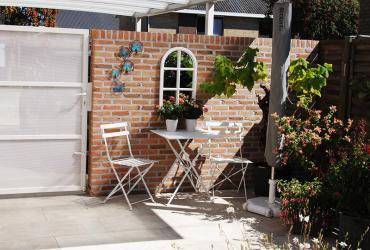 creeeren afscheiding tuin-terras met muurtje en poort