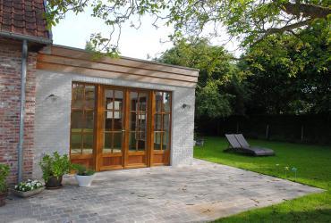 Tuinkamer met houten ramen