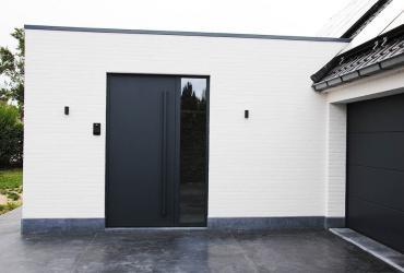 antraciete voordeur en geschilderde gevel