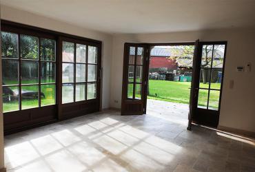 Tuinkamer met opendraaiende deuren