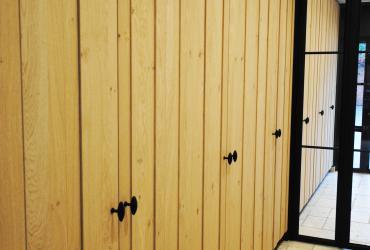 kastenwand eik met zwarte deurknopjes