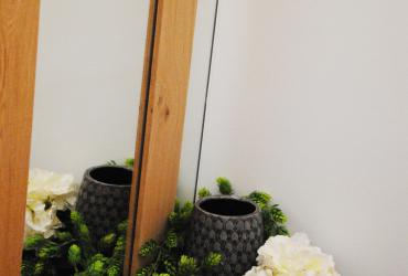 spiegel met opgekleefd hout