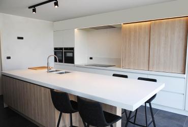 witte keuken met schuifkast en eiland