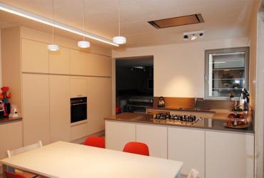 L vormige keuken met kastenwand