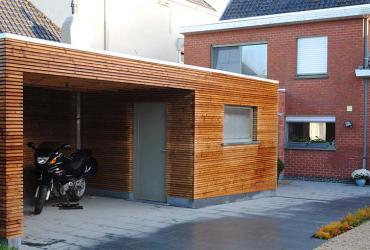 bijgebouw bekleed met houten latjes
