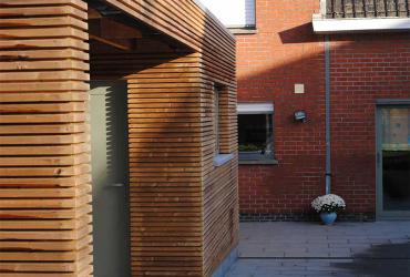 bijgebouw met houtbekleding en aanleg terras