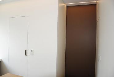 deuren in vlak met muur uitgewerkt