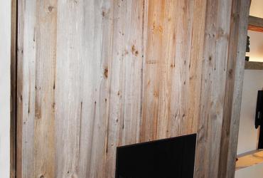 haardwand uitgewerkt met eeuwen hout (barnwood)