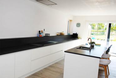 Strakke witte keuken