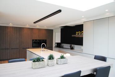 keuken met kastenwand en keukeneiland
