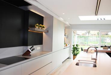 ruime keuken met eiland en aangebouwde tafel