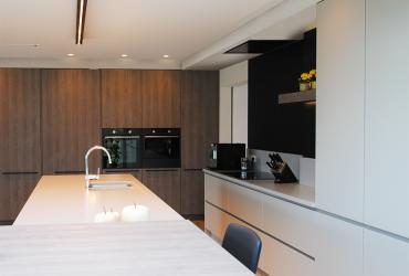 keuken met grote kastenwand