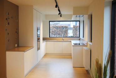 witte keuken met houten vloer