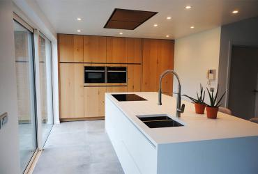keukeneiland wit met houten kastenwand