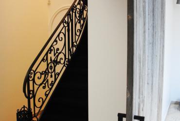Charmevolle trap met zwart tapijt