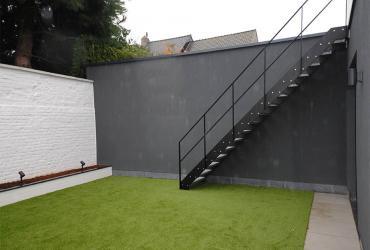 metalen trap in binnentuin