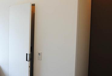vlakgewerkte deur met rolslot