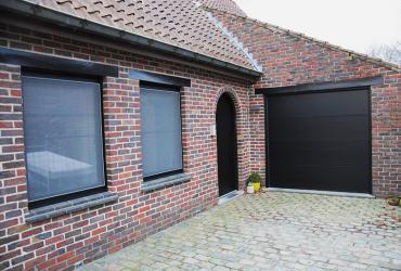 voordeur en poort in zwart aluminium