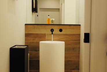 lavabozuil met zwart, automatisch kraanwerk