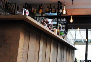 bar feestzaal met eik afgewerkt en retro verlichting