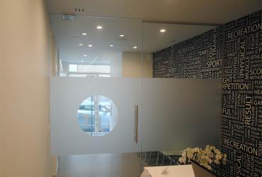 glazen deur met zandstraling