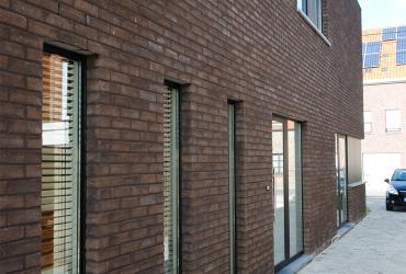 zijgevel nieuwbouwwoning met hoge ramen